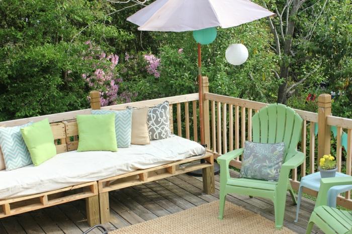 Innenhof-Gestaltung-Paleten-Couch-Kissen-Stühle-frische-Farben-Sonnenschirm-Papierlampen