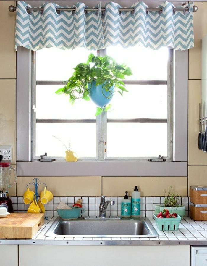 Küche-Kandhausstil-Geschirr-kleines-Fenster-weiß-blauer-Vorhang-Blumentopf