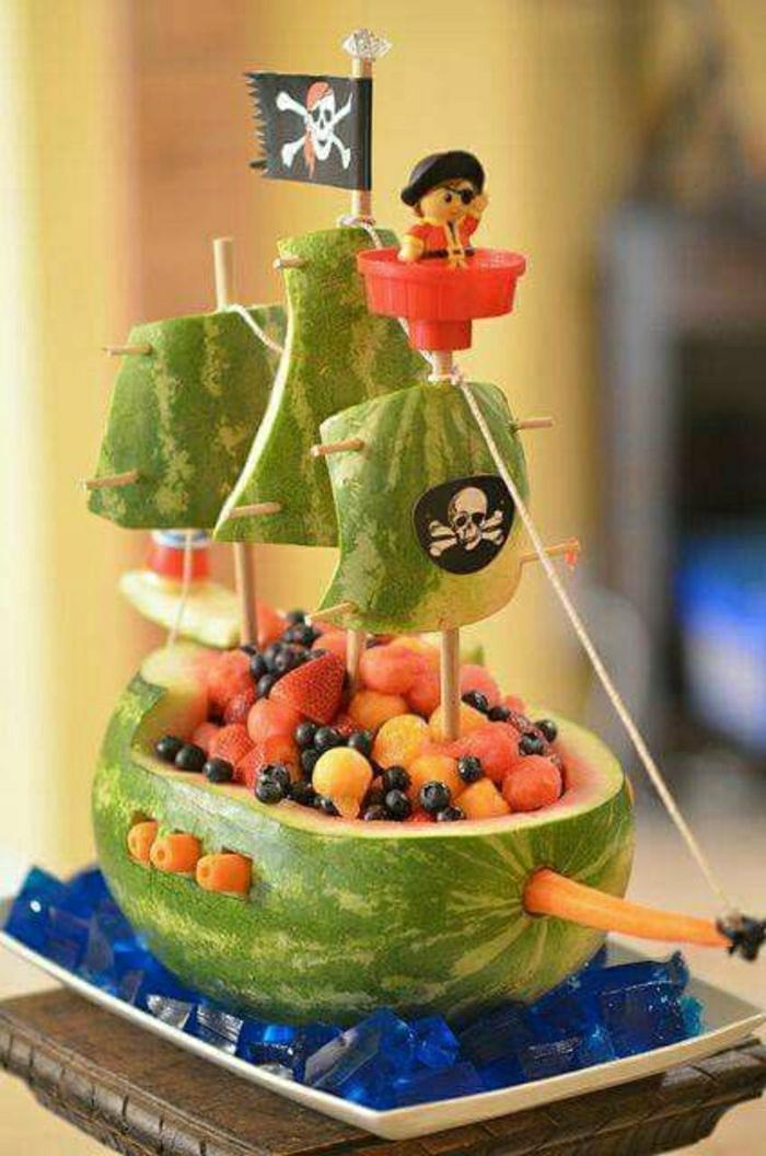 Kindergeburtstag-Essen-Idee-Piratenschiff-lustig-Wassermelone-Früchte