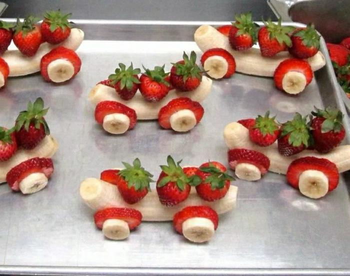 Kindergeburtstag-Essen-Idee-Wagen-bananen-Erdbeeren-kreativ