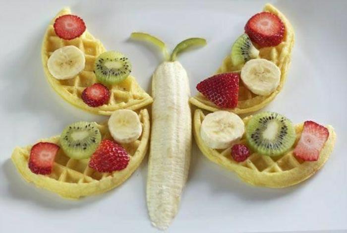 Kindergeburtstag-lustiges-Essen-Idee-Schmetterling-Waffel-Früchte-Erdbeeren-Bananen-Kiwis