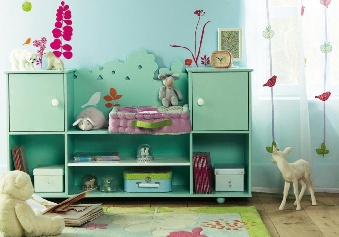 Kinderzimmer-Deko-Malerarbeit-und-grünes-Schrankregal