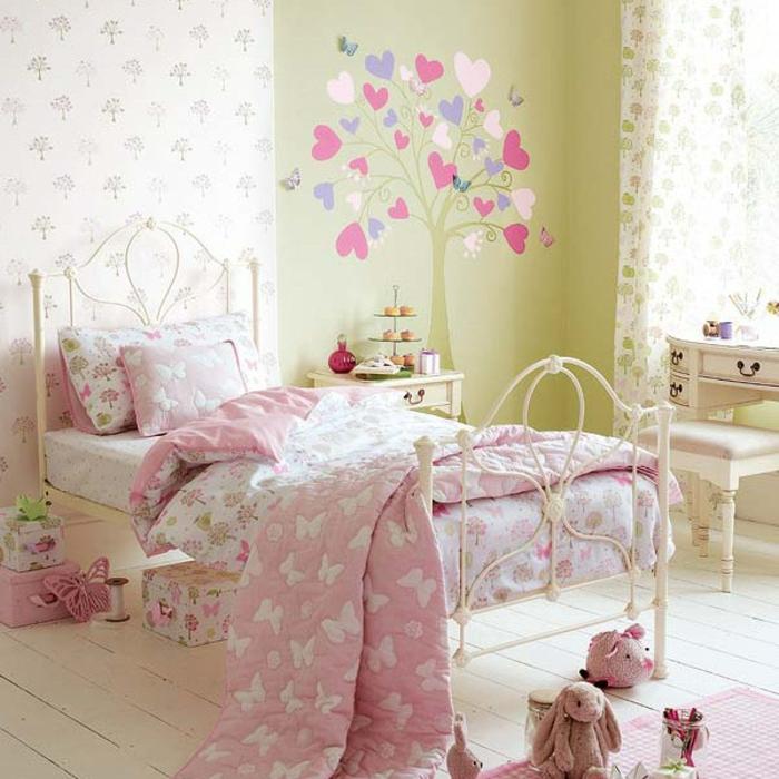 Kinderzimmer-Deko-grüne-Wand-und-gemalteter-Baum
