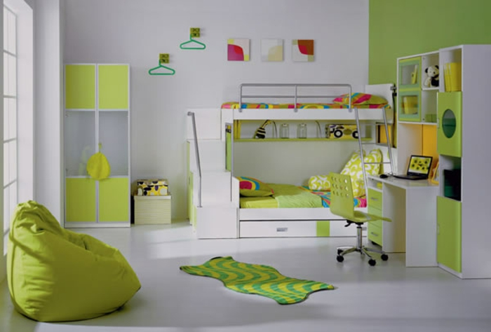 Kinderzimmer-Deko-grüne-und-weiße-Wände