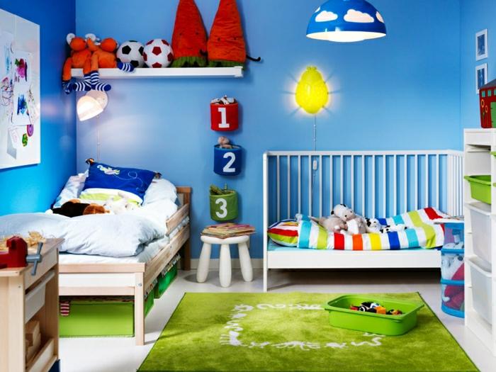 Kinderzimmer-Deko-grüner-Teppich-viele-Spielzeuge