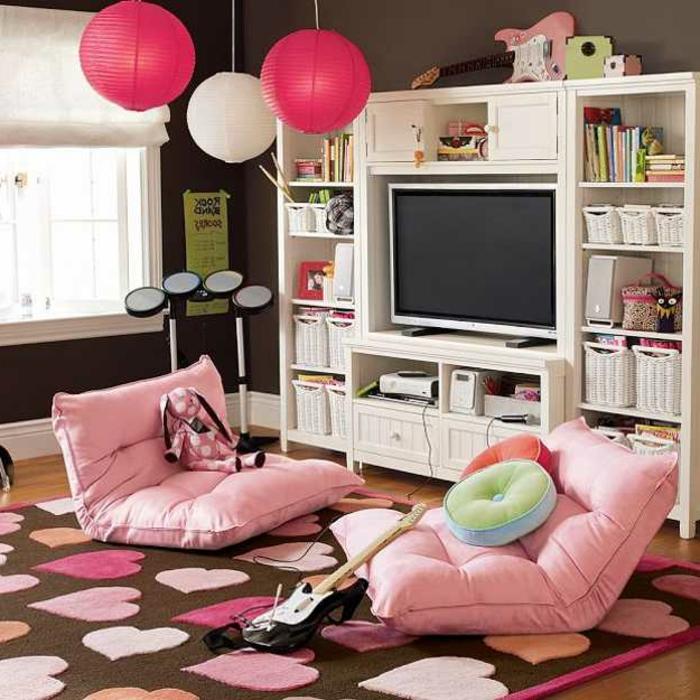 Kinderzimmer-Deko-rosa-Liegesessel-und-Hängelampen