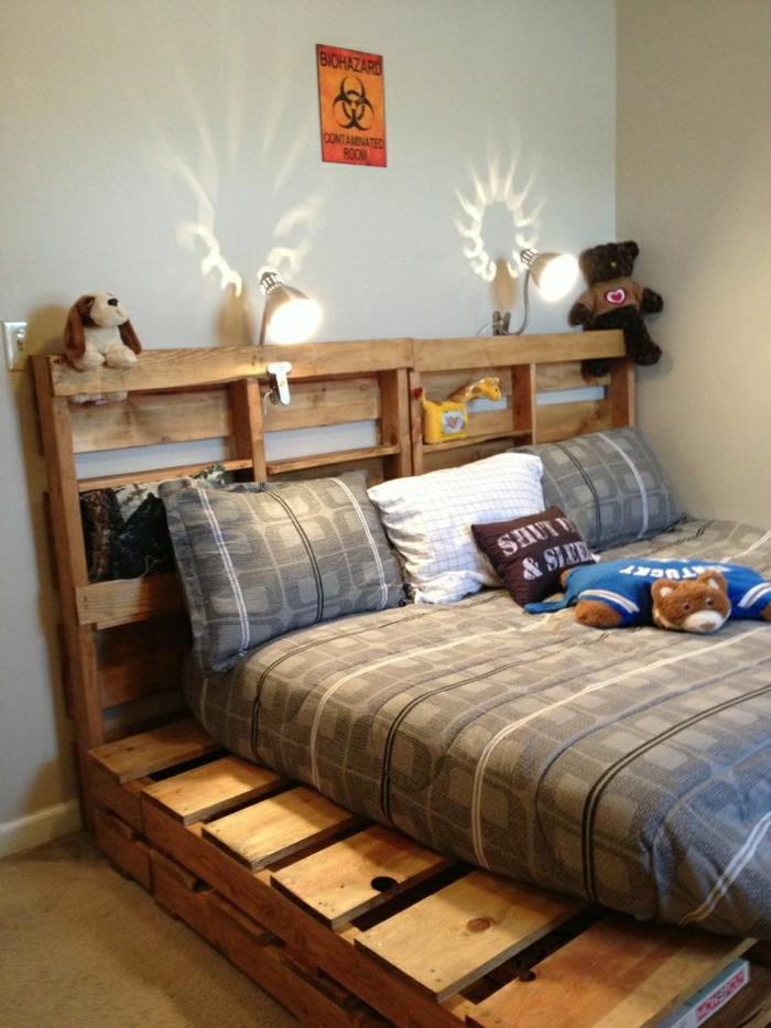 Kinderzimmer-europaletten-bett-Plüschtiere-Kissen-Leuchten