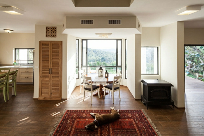 Landhaus-einruchtung-Aussihtsblick-auf-Teppich-minimalist-Stühle
