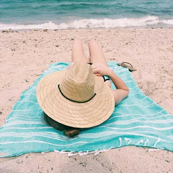 Mädchen-Strohhut-Boho-Chic-Tuch-Strand-Sand-Meer-Sommer