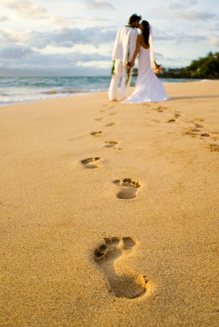 Maui-Insel-Hawaii-Hochzeit-Sand-Fußabdrücke-Romantik-brautpaar