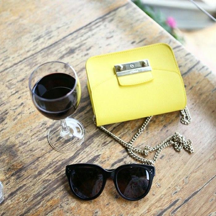 Mini-Tasche-Furla-Metropolis-Modell-gelb-Sonnenbrille-Weinglas
