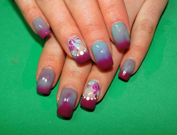 Nägel-wechselnde-Farben-türkis-weinrot-Blumen-Dekoration