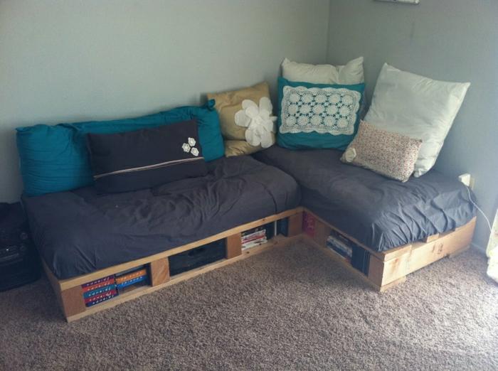 Palleten-Couch-selber-machen-handgemachte-Kissen-brauner-Teppich