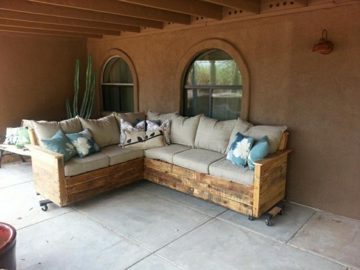 Patio-Gestaltung-Ecksofa-Paletten-beige-Polster-bunte-Kissen-Kaktus