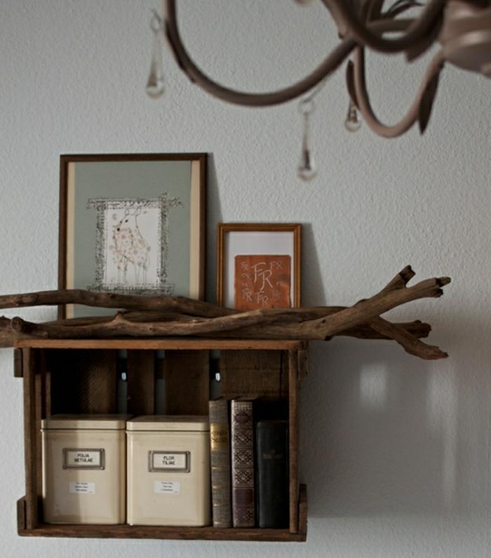 Regal-aus-Weinkisten-rustikal-Äste-Treibholz-Bücher-Bilder-Kronleuchter-Geweih
