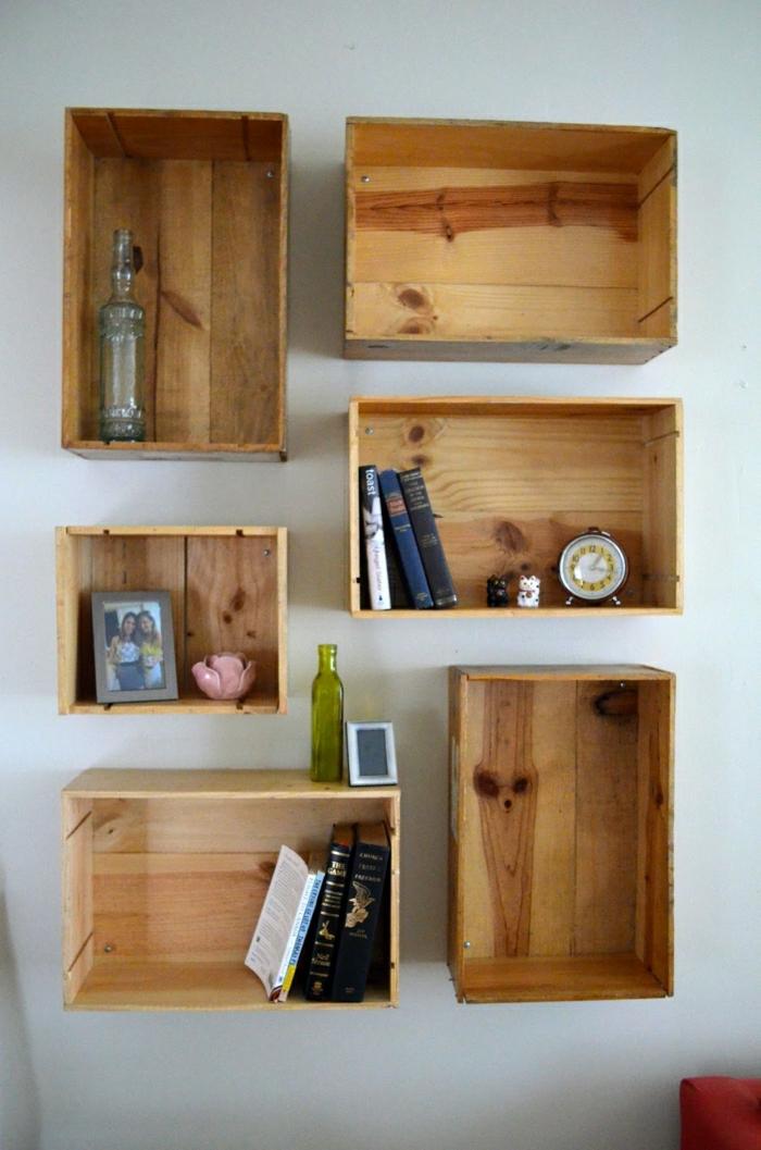 Regale-aus-Weinkisten-Bücher-Wecker-Flaschen-Foto
