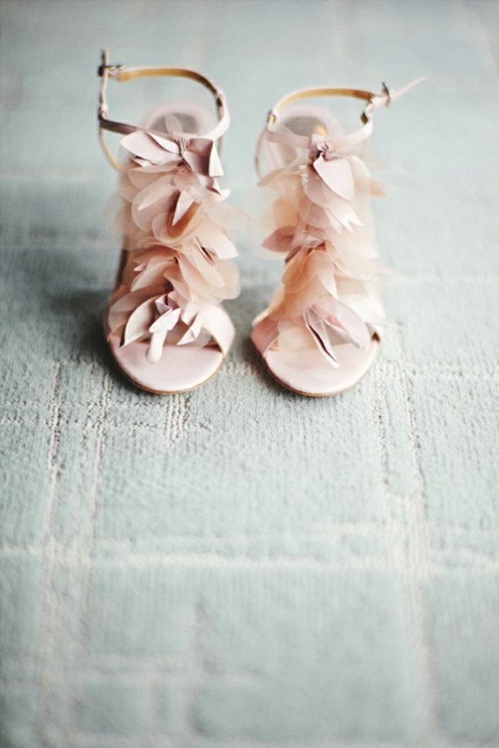 Sandalen-Federn-Pastellfarbe-rosa-extravagant
