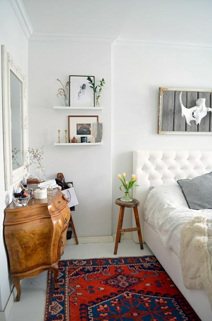 Schlafzimmer-modernes-Interieur-weiß-hölzerner-Toilettentisch-Spiegel-vintage-Teppich