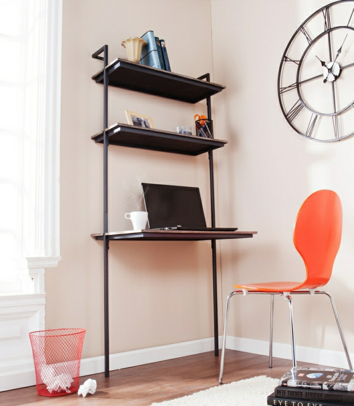 Schreibtisch-mit-Regal-orange-Stuhl-roter-Eimer-Bücher-Wanduhr