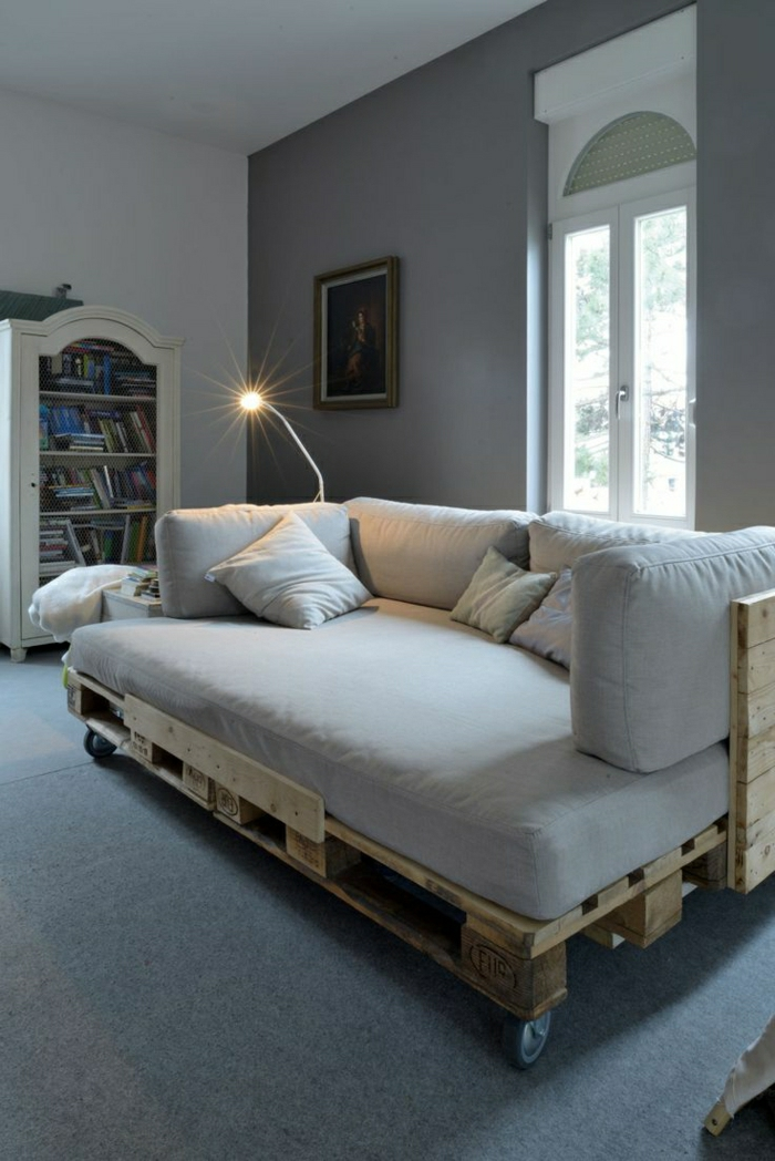 Sofa-aus-Paletten-Rollen-beige-gemütliches-Zimmer