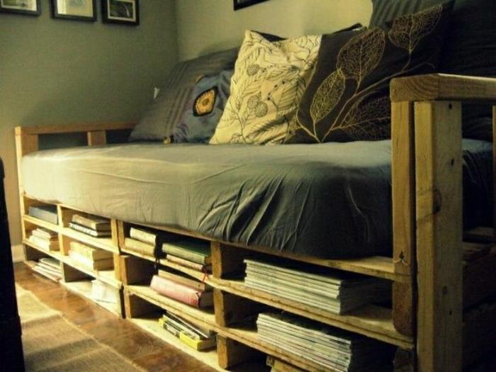 Sofa-aus-Paletten-schlichtes-Design-Bücher-Zeitschriften-Kissen