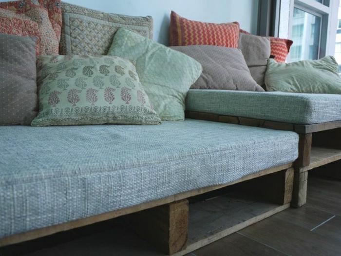 Sofas-aus-Paletten-Textil-Kissen-bequem-gemütlich