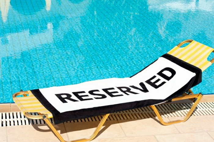 Sommer-Schwimmbad-Liegestuhl-Strandtuch-Reserved-stilvoll
