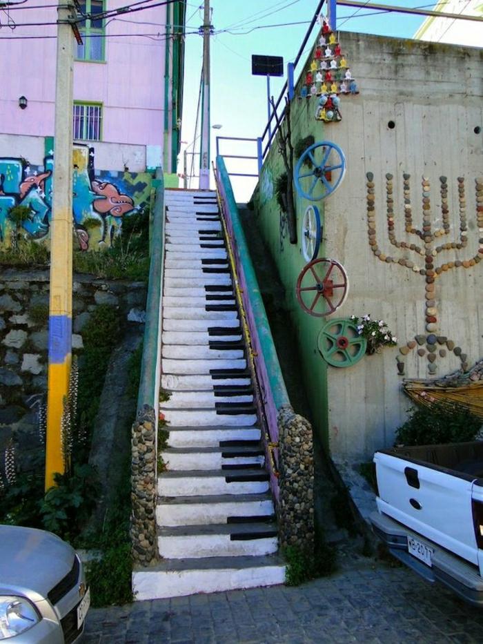 Stadt-Straße-Treppe-Graffiti-Klaviertasten