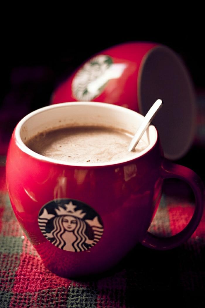 Starbucks-rote-Kaffeetasse-gemütlich-heißer-Kaffee