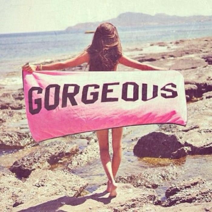 Strand-Mädchen-coolesTuch-Gorgeous-Aufschrift-rosa-Farbe