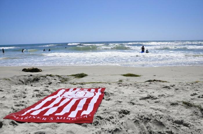 Strand-Tuch-rot-weiß-Streifen-Sand-Meer