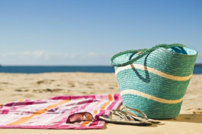 Strand-tuch-Strandtasche-Sonnenbrille-Flip-Flops.Sand-Meer