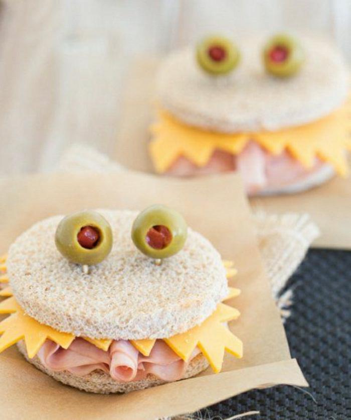 Ungeheuer-Sandwiches-Brot-Käse-Oliven-Salami