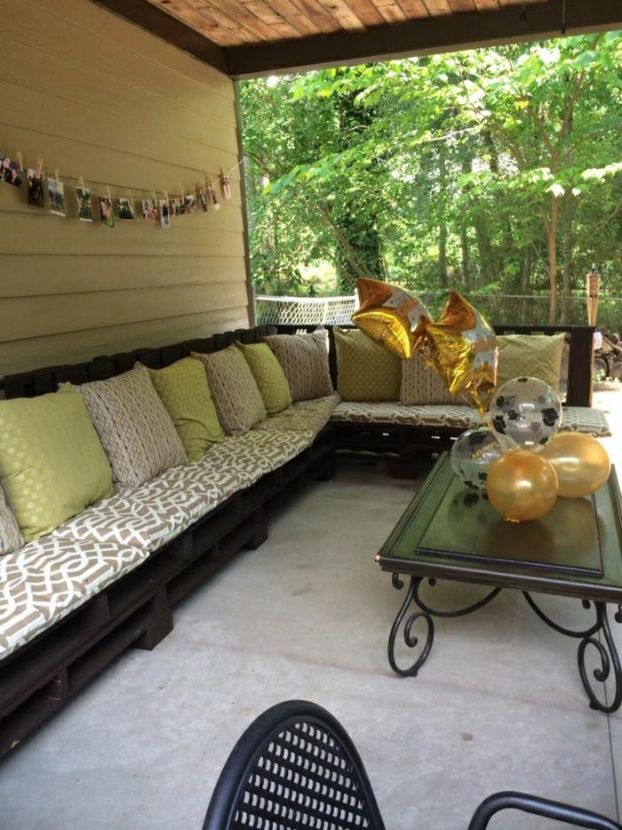 Veranda-Gestaltung-Ecksofa-Paletten-Kissen-Couchtisch-Ballons