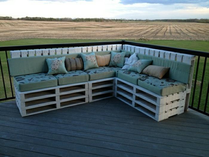 Veranda-Gestaltung-Möbel-Paletten-Ecksofa-grüne-Polster-Kissen
