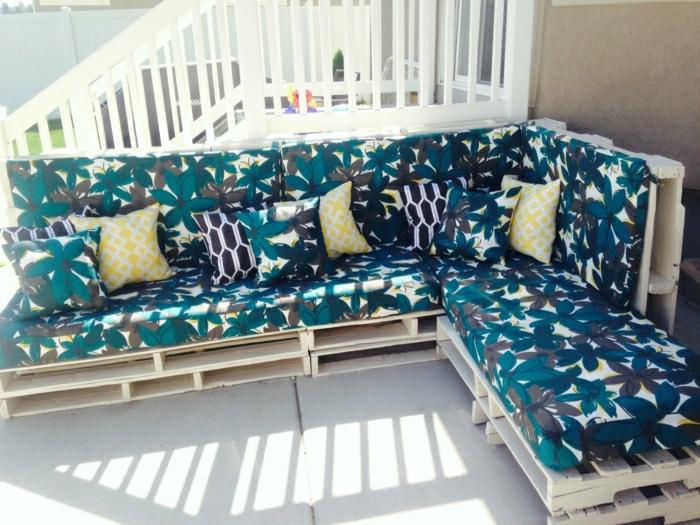 Veranda-Innenhof-Gestaltung-Ecksofa-Paletten-Blumen-Muster-Polster-Kissen-Treppen