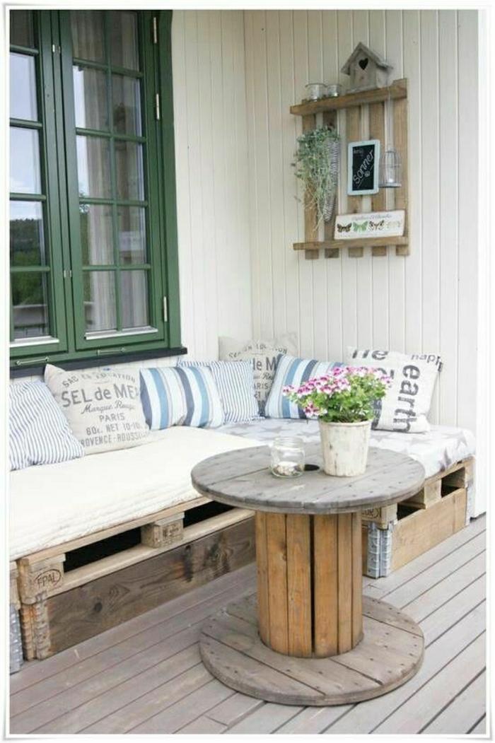 Veranda-Terasse-Gartenmöbel-Paletten-Sofa-Couchtisch-Kissen-Blumentopf