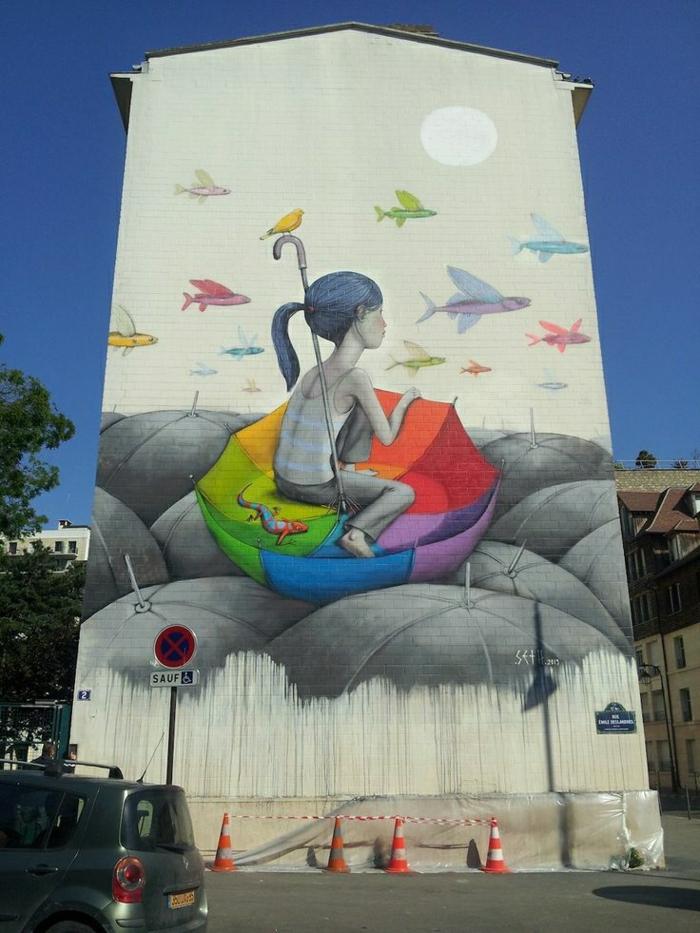 Wohngebäude-Wand-Graffiti-Bilder-schwarz-weiß-bunter-Regenschirm-Mädchen-fliegende-Fische-Vogel-Eidechse