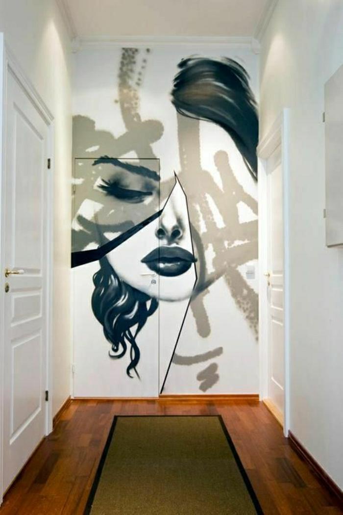 Wohnung-weiße-Türen-Graffiti-weibliches-Gesicht-schwarz-weiß-art