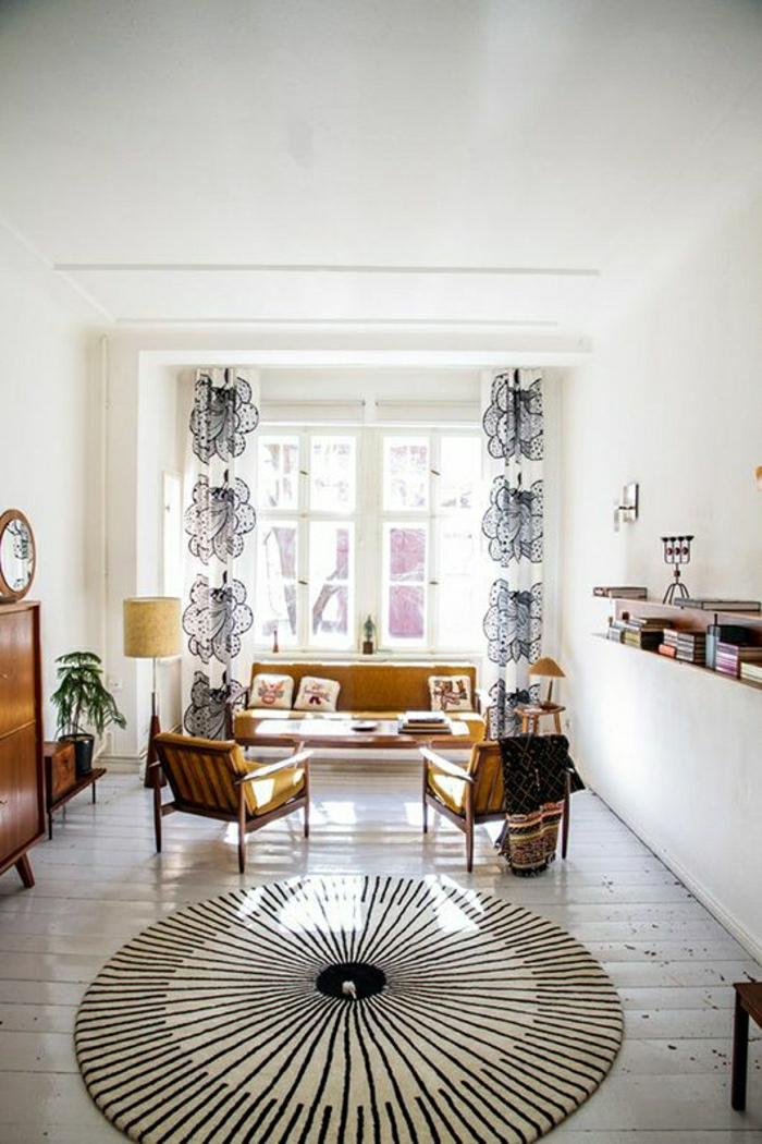 Wohnzimmer-hell-gemütlich-Sofa-Sessel-runder-Teppich