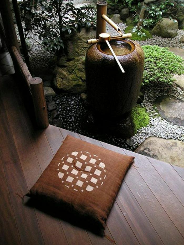 Zen-Garten-Wasserbrunnen-Bambus-braunes-Kissen
