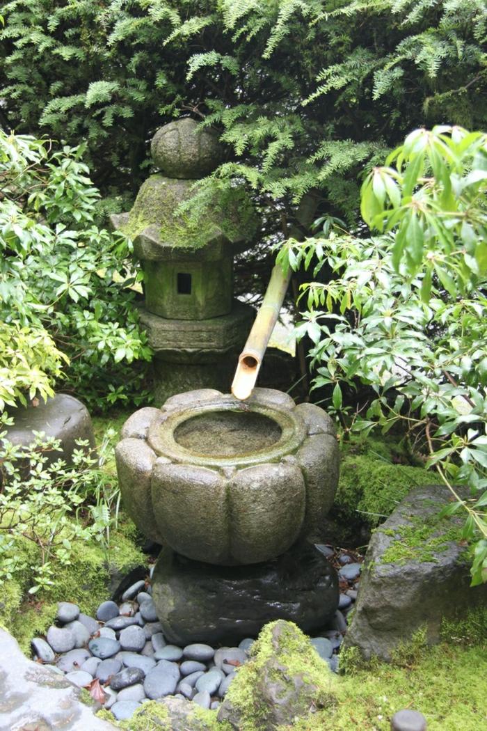 Zen-Garten-asiatische-Kultur-japanische-Atmosphäre-Schilf-Wasserbrunnen-Steinlaterne