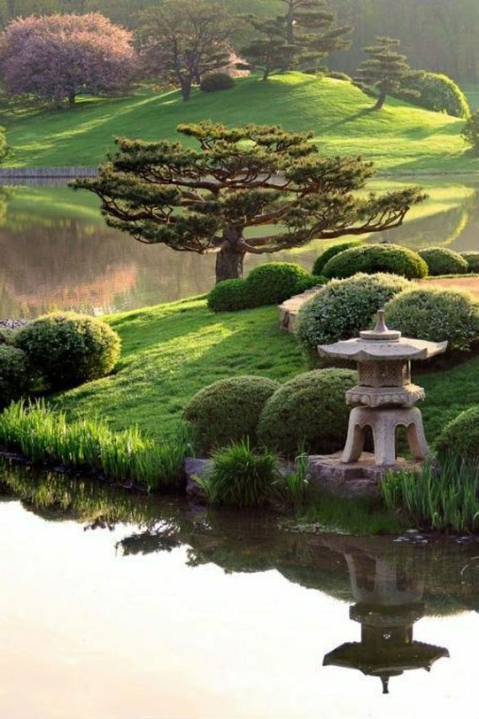 Zen-Garten-japanisch-Bonsaibäume-See