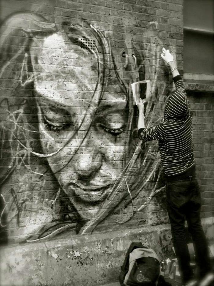 Ziegelwand-schwarz-weiße-Graffiti-Street-Art