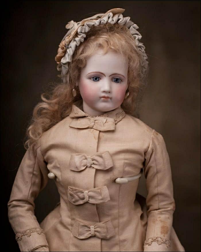 alte-Puppen-Mädchen-Mantel-Bänder-Hut-beige