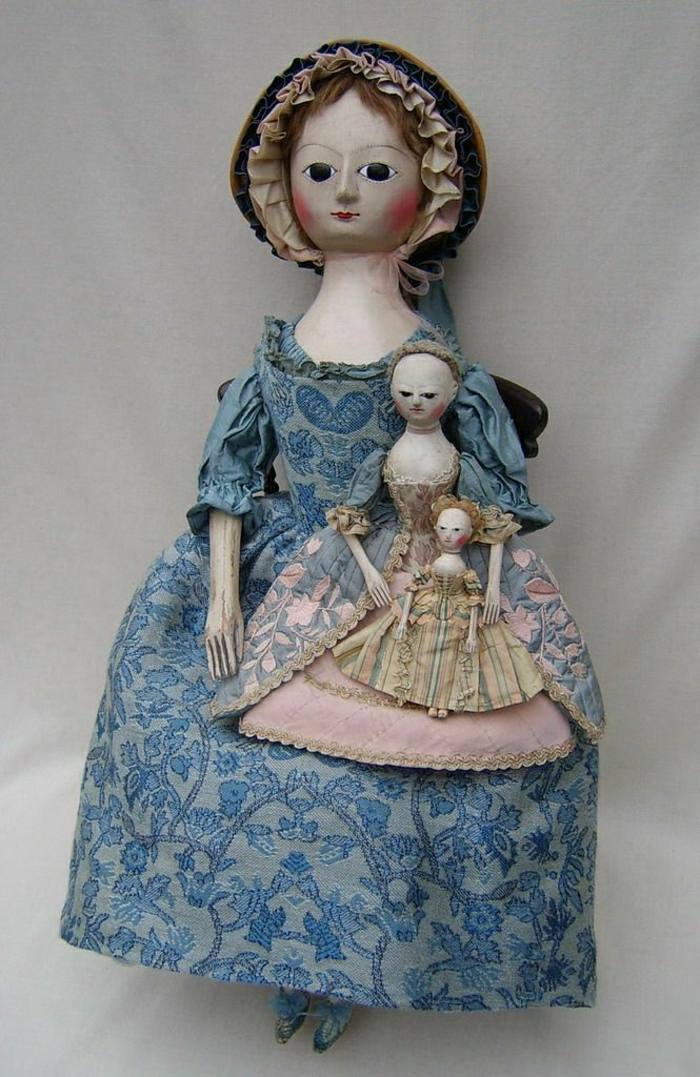 alte-Puppen-Mutter-Bonnet-Tochter-Enkel-kleinere-Puppen