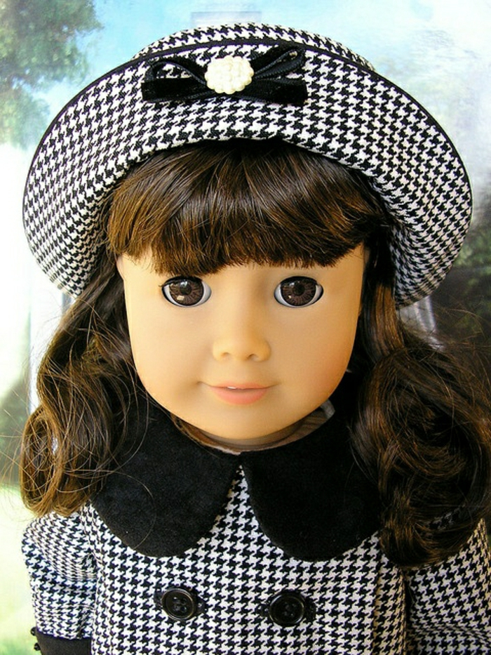 alte-Puppen-kleines-Mädchen-braune-Haare-Kleid-Hut-graphisches-Muster