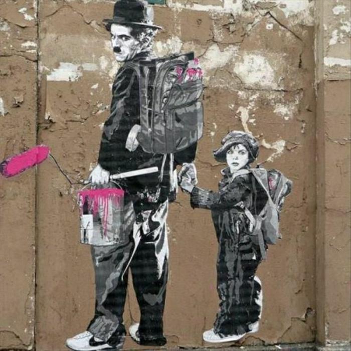 alte-Wand-Graffiti-Charlie-Chaplin-kleiner-Junge-Rücksäcke-Färbemittel-Eimer
