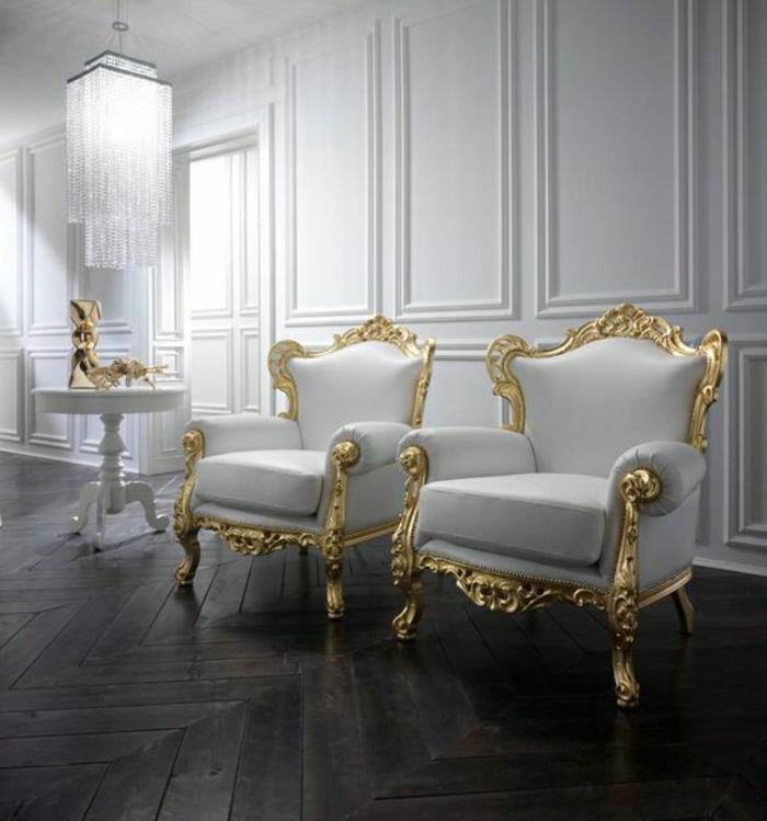 antike-Möbel-weiße-Barock-Sessel-goldene-Rahmen-weiße-Wände-Kristall-Kronleuchter