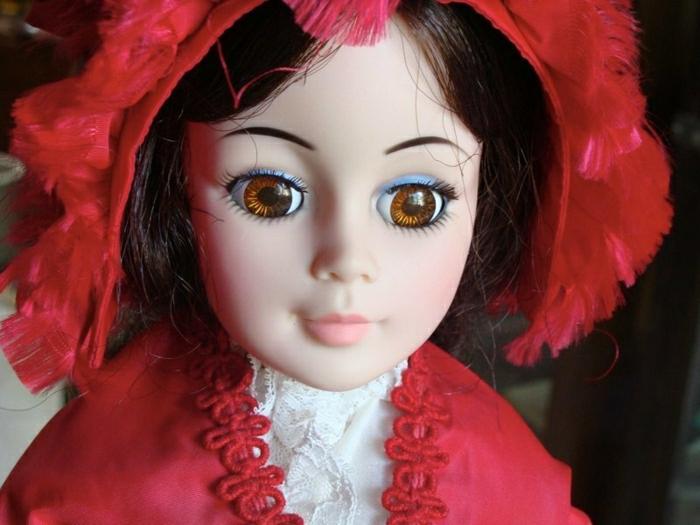antike-vintagealte-Puppen-dunkle-Haare-rotes-Kleid-weiße-Hemd-Spitze